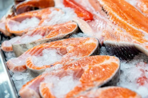 Steaks de poisson rouge réfrigérés Photo Premium