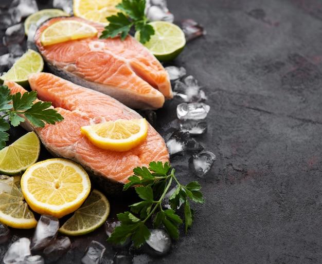 Steaks de saumon crus Photo Premium