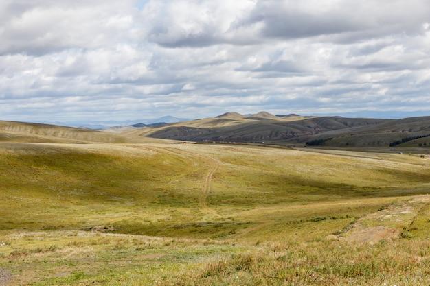 Steppe mongole sur fond de ciel nuageux Photo Premium