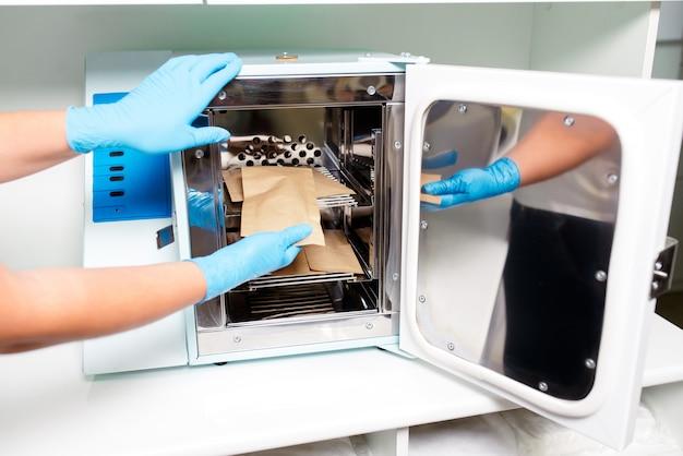 Un stérilisateur dans le cabinet médical et les salons de beauté. Photo Premium