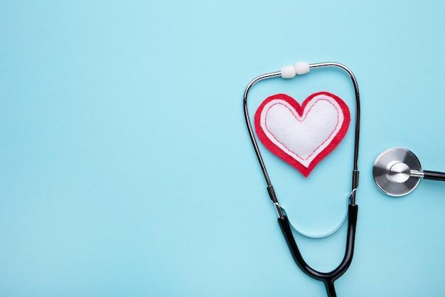 Stéthoscope Et Coeur Sur Fond Bleu. Santé, Médecine Photo Premium