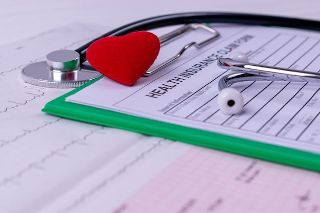 Stéthoscope, coeur rouge, cardiogramme Photo Premium