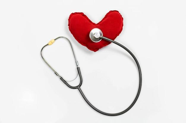 Stéthoscope avec coeur rouge sur fond blanc Photo Premium