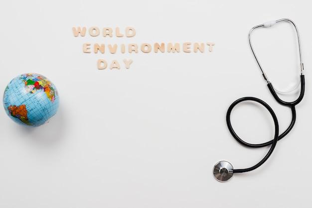 Stéthoscope et globe avec texte de la journée de l'environnement word Photo gratuit