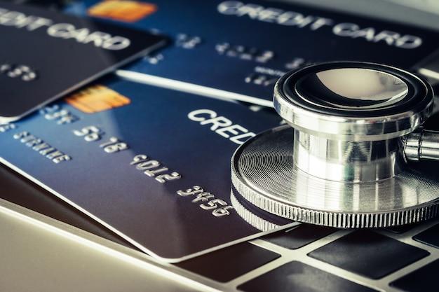 Stéthoscope sur maquette de carte de crédit Photo Premium