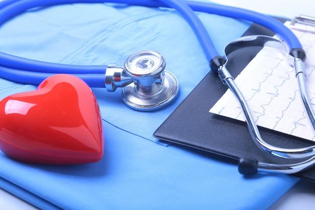 Stéthoscope médical, liste des antécédents médicaux des patients, uniforme de médecin. Photo Premium