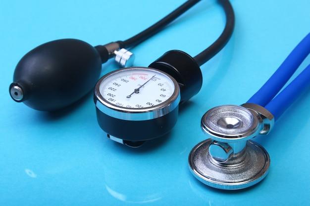 Stéthoscope médical et tensiomètre. Photo Premium