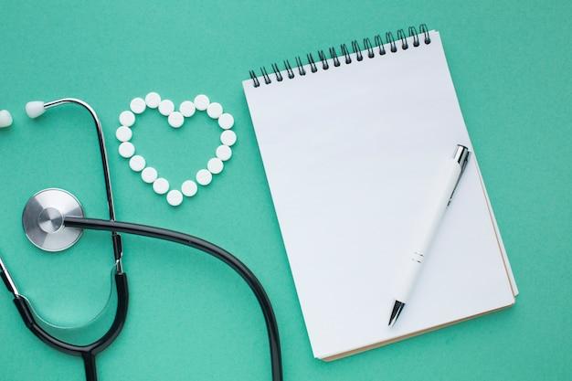 Stéthoscope Et Pilules Avec Bloc-notes Photo gratuit