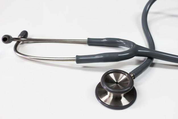 Stéthoscope pour médecin habitué à écouter le coeur et les poumons du patient Photo Premium