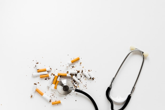 Stéthoscope vue de dessus avec des cigarettes Photo gratuit
