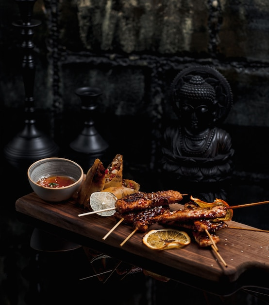 Stick kebab finement cuit et servi avec une sauce à l'orange Photo gratuit