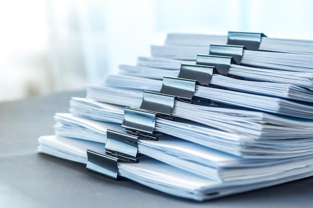 Le stock de documentation en papier attaché avec des clips. rapports financiers comptables. Photo Premium