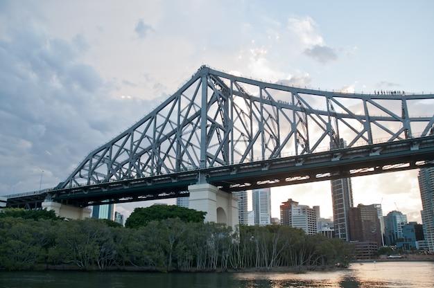 Story bridge en début de matinée près de kangaroo point lookout dans le queensland, en australie Photo Premium