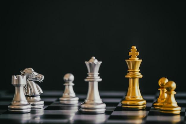 Stratégie De Combat D'échecs Jeu De Défi D'intelligence Sur L'échiquier Photo Premium