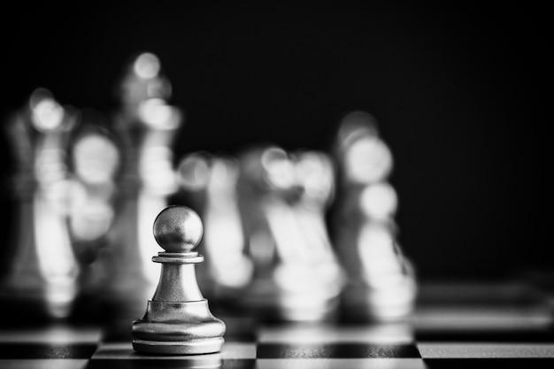 Stratégie d'échecs bataille intelligence jeu de défi. chef d'entreprise d'échecs et idée de réussite. Photo Premium