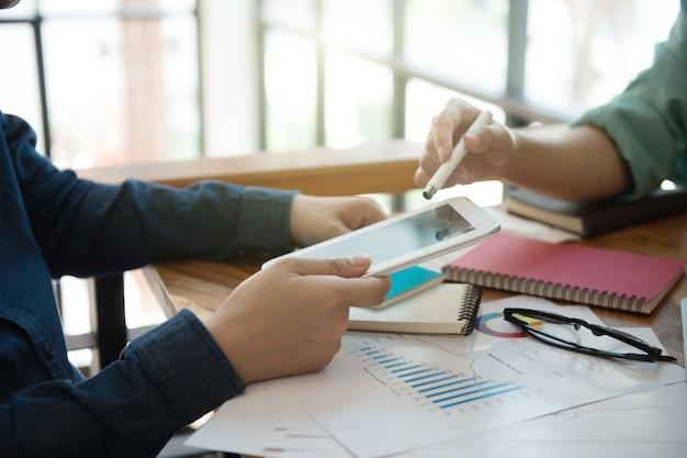 Stratégie marketing de l'équipe affaires avec ordinateur portable à la maison. Photo Premium