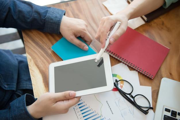 Stratégie marketing de l'équipe affaires avec tablette au bureau à la maison. Photo Premium