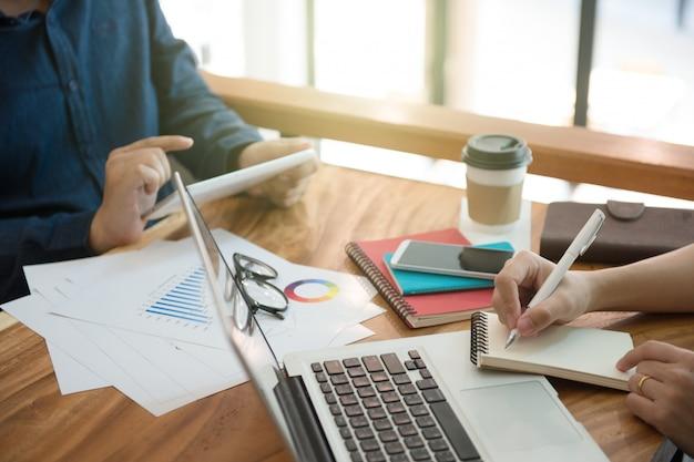 Stratégie de marketing de l'équipe commerciale avec tablette, ordinateur portable et ordinateur portable, freelance writ Photo Premium