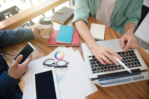 Stratégie marketing de l'équipe commerciale avec téléphone intelligent, tablette, ordinateur portable et ordinateur portable Photo Premium