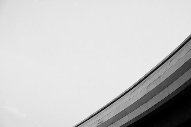 Structure en béton monochromatique à faible angle Photo gratuit