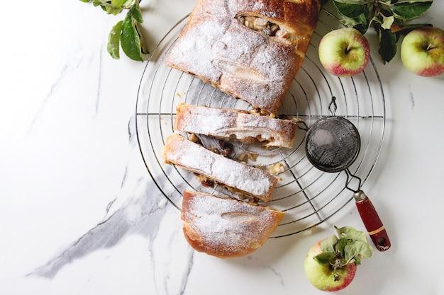 Strudel aux pommes fait maison Photo Premium