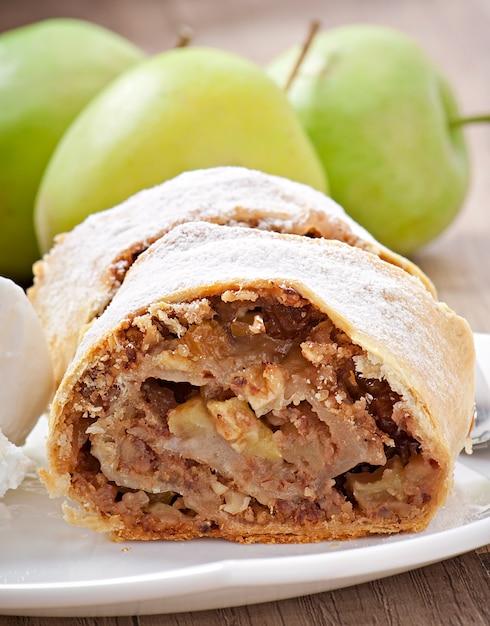 Strudel Aux Pommes Avec Glace Photo gratuit