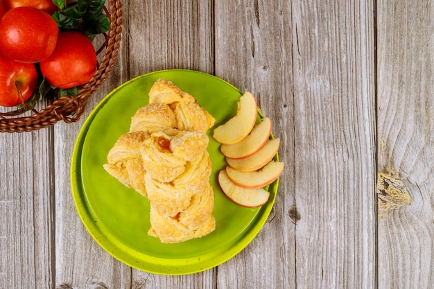 Strudel Aux Pommes Avec Pommes Rouges Fraîches Sur Table En Bois Photo Premium