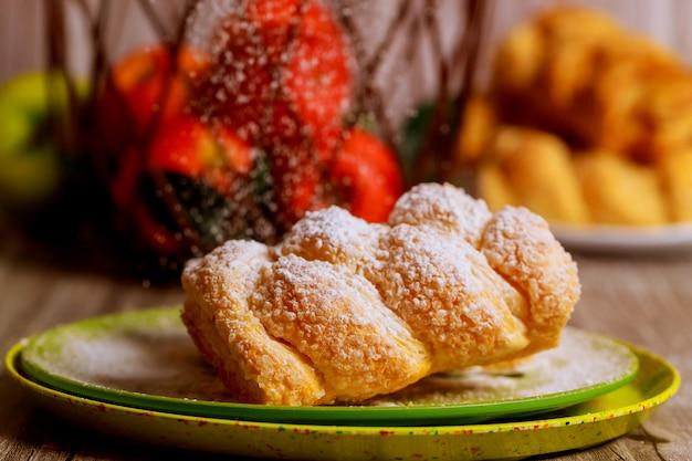 Strudel Aux Pommes En Poudre Sur Une Plaque Verte Avec Des Pommes Fraîches Photo Premium