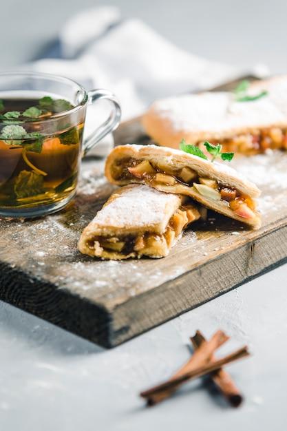 Strudel à la pêche et aux pommes, thé à la cannelle à la menthe Photo Premium