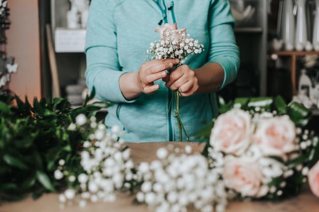 Studio De Floristique Professionnel, Attacher Une Fleur De Mariage, Fleuriste Photo Premium