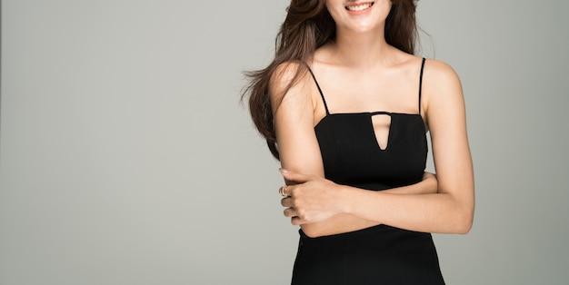Studio tourné portrait du mannequin jeune dame de luxe au corps sublimé. Photo Premium