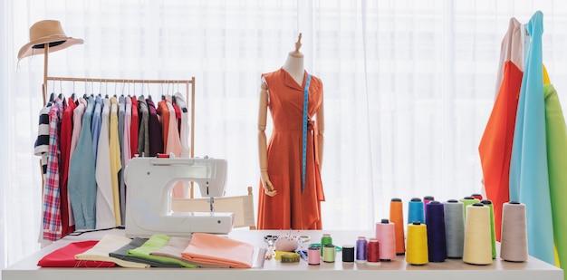 Studio De Travail De Créateur De Mode, Avec Des Articles De Couture Et Des Matériaux Sur La Table De Travail Photo Premium
