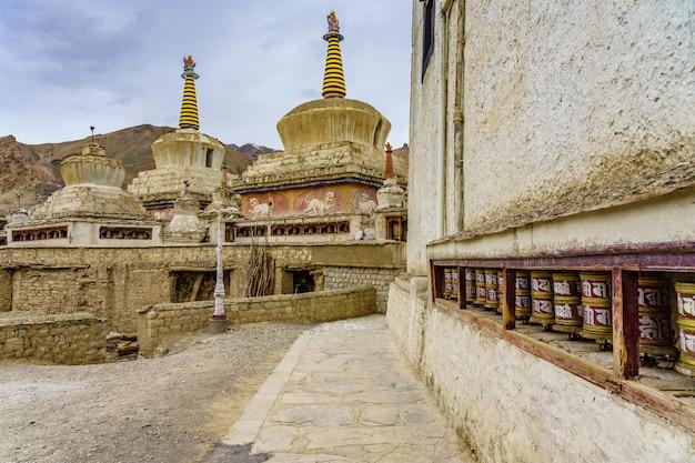 Stupa bouddhiste et moulins à prières au monastère de lamayuru, ladakh, inde Photo Premium