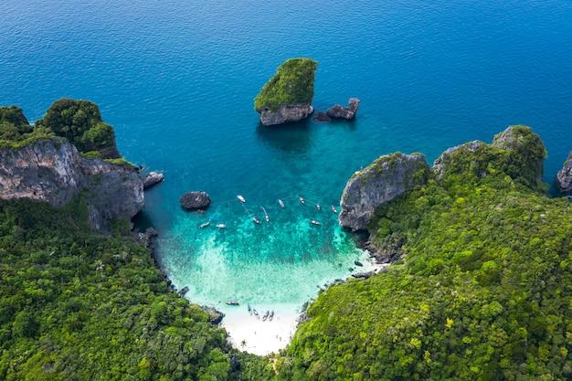 Style d'aventure salut saison thai et étrangers voyage voyage touristes bateau longue queue et conduite voir corail Photo Premium