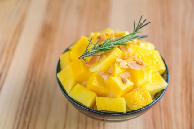 Style coréen mangue fraîche rasé glace sur table en bois. Photo gratuit