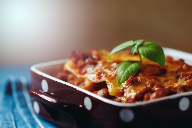 Style de cuisine italienne. assiette de lasagne. Photo Premium