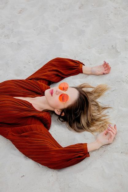 Style Femme Adulte En Blouse De Couleur Bordeaux Et Lunettes De Soleil Photo Premium