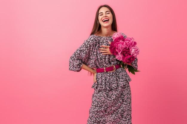Style De Femme Sur Fond Rose Photo gratuit
