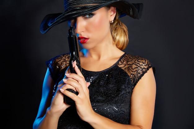 Style de gangster de mode femme avec une arme de poing Photo Premium