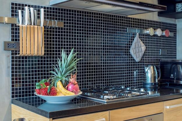Style loft de design d'intérieur de luxe dans la cuisine avec comptoir de l'île Photo Premium