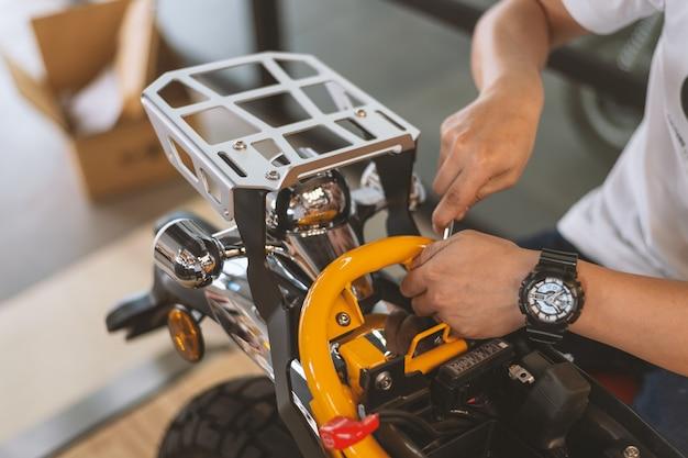 Style de moteur. mécanicien de réparation moto Photo Premium