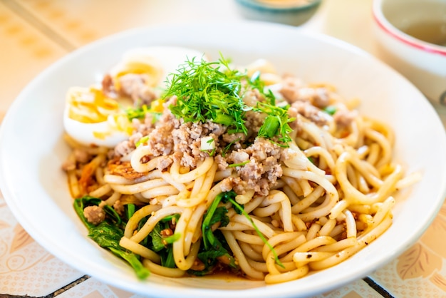 Style De Nouilles Chinoises Du Yunnan Photo Premium