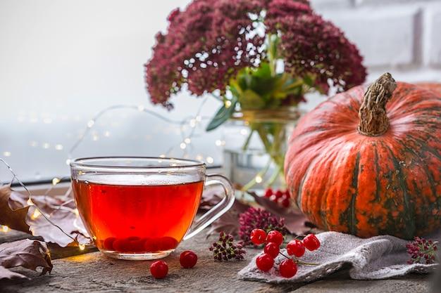 Style de vie de confort en automne. une tasse de thé table de salon par la fenêtre avec rai Photo Premium
