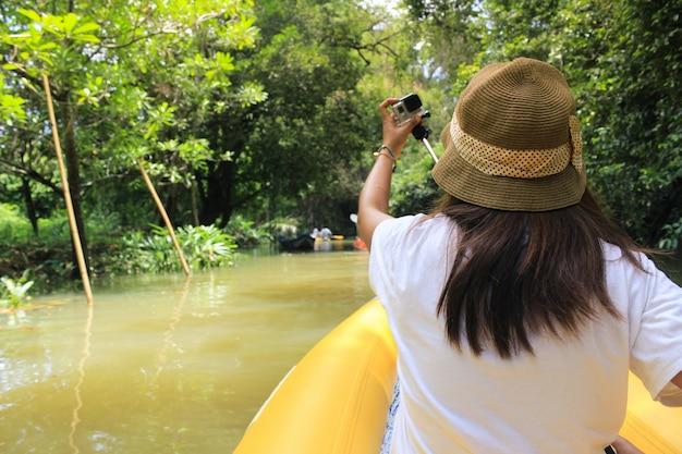 Style de vie tropical lumière exercice kayak Photo gratuit