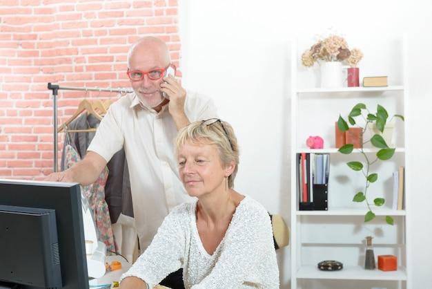 Styliste Et Son Assistante Travaillant Dans Leur Atelier Photo Premium