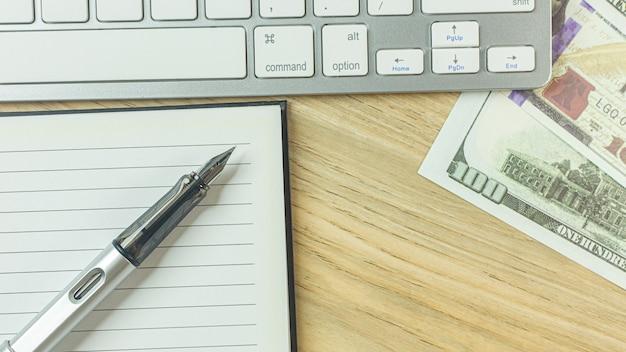Stylo d'argent sur la table en bois pour le contenu de l'entreprise. Photo Premium