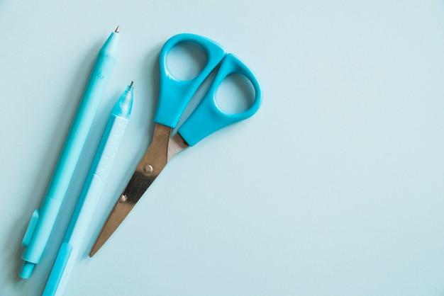 Stylo bille bleu et des ciseaux Photo gratuit