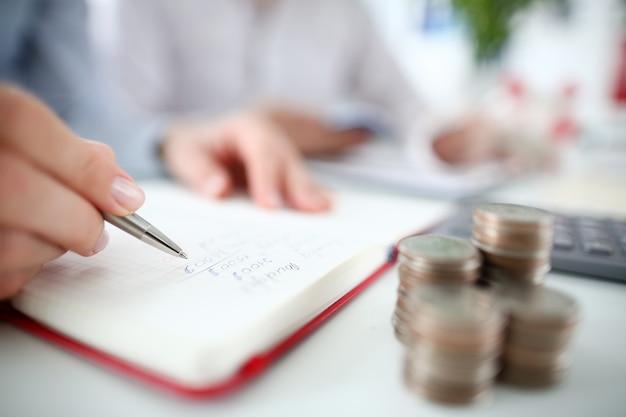 Stylo Main Finance Finance Pour La Conception De La Page D'accueil. Photo Premium