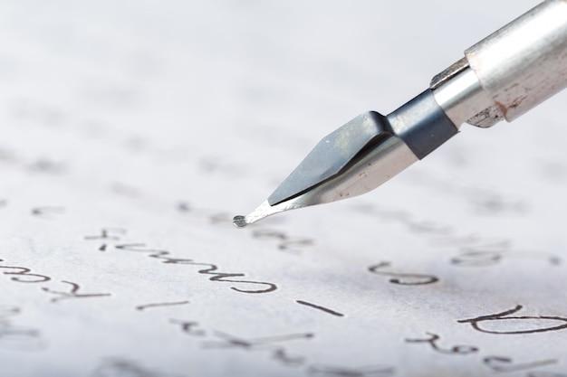 Stylo-plume sur une lettre manuscrite antique Photo Premium