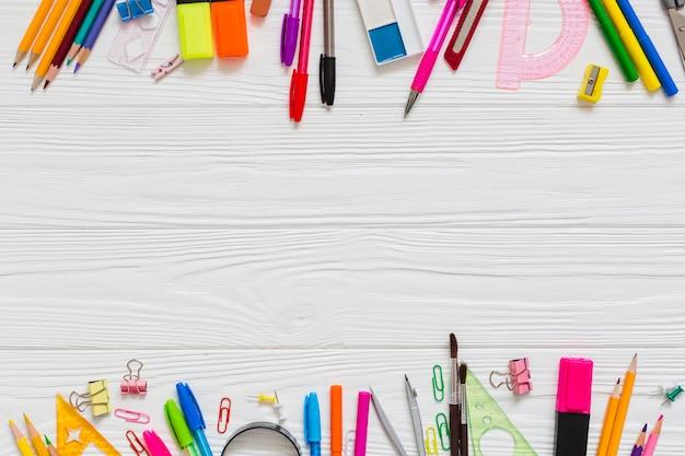 Stylos et crayons colorés Photo gratuit